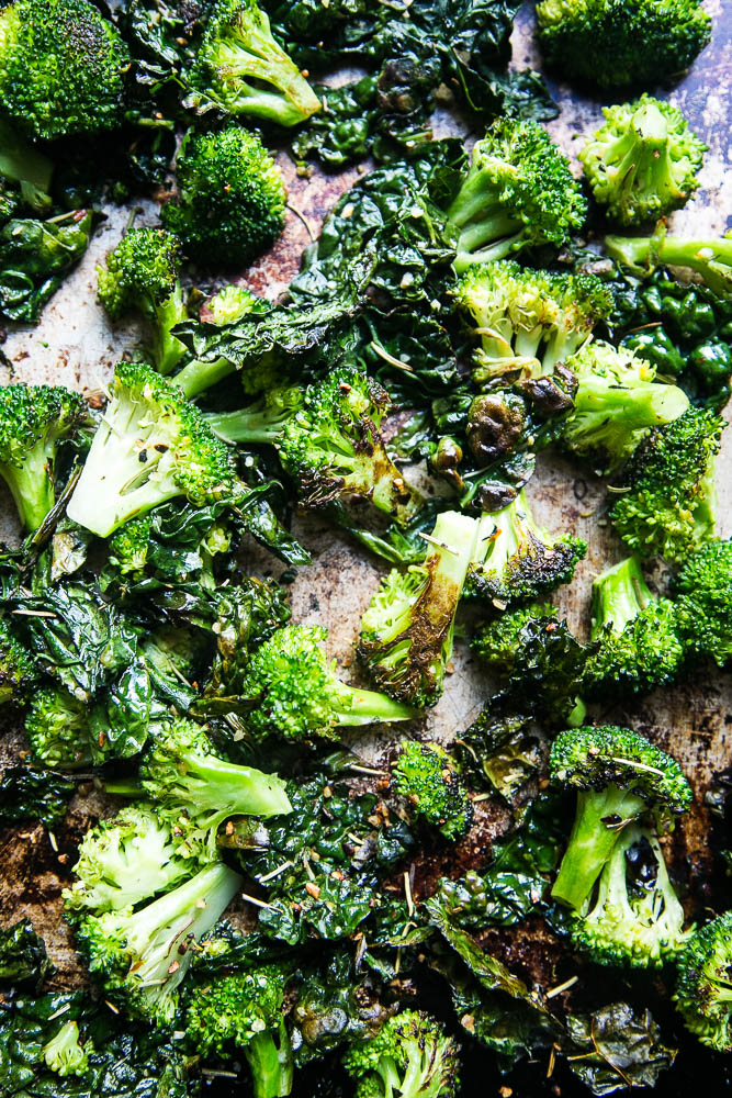 Italian Roasted Broccoli & Kale is a delicious side dish that uses a homemade Italian seasoning blend that give it an extra garlicky punch! | Perrysplate.com #roastedbroccoli #roastedvegetables