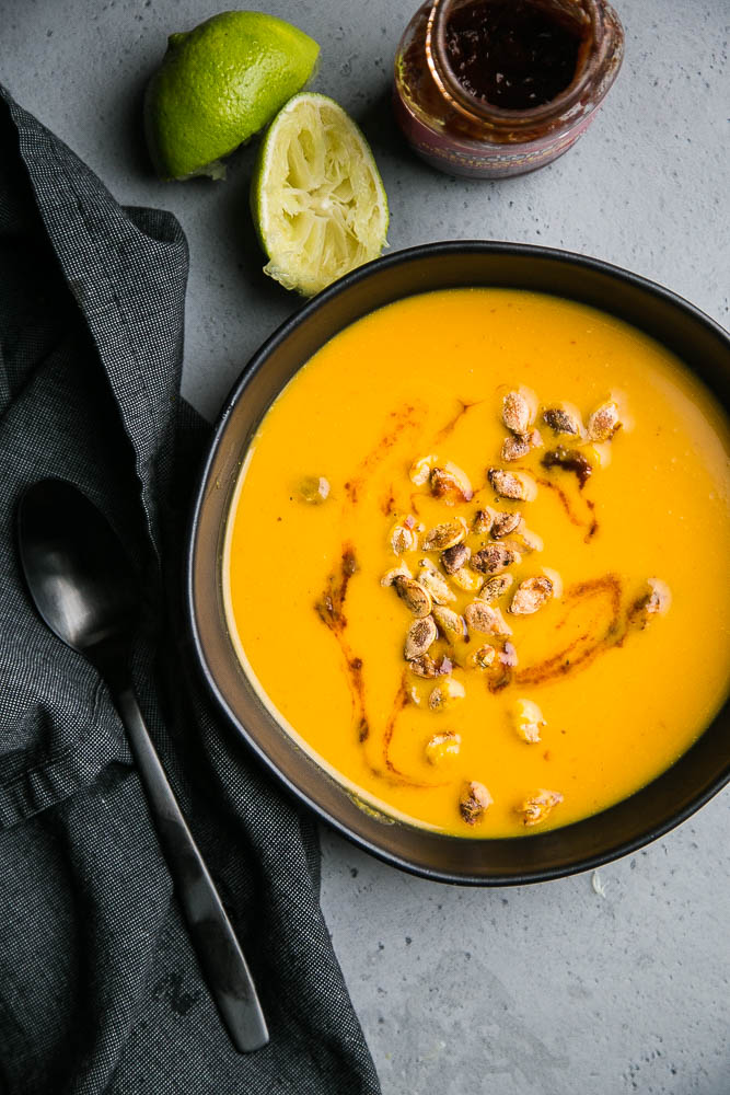 Easy Chipotle Lime Squash Soup comes together quickly and has just a few ingredients! Make it as spicy or as citrusy as you want and top them with roasted squash seeds! | perrysplate.com